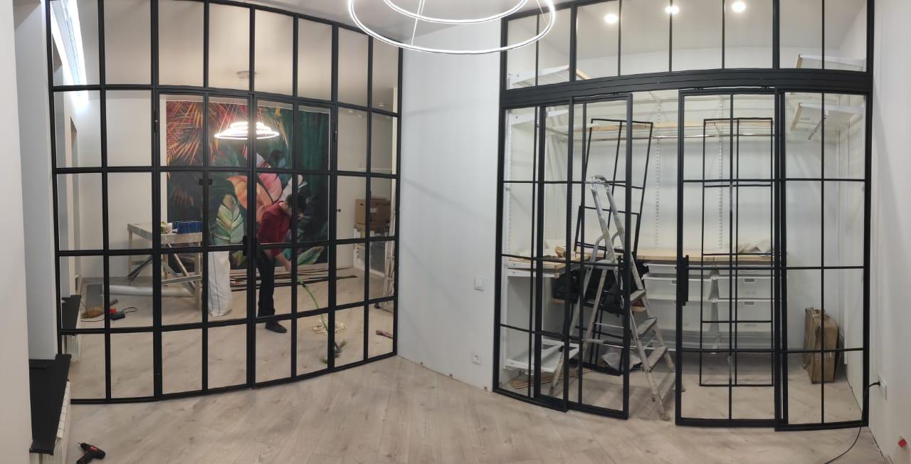 Установка каркаса стеклянных перегородок в стиле Лофт